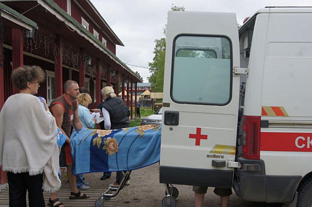 Сотрудники МЧС России и врачи скорой медицинской помощи на месте проведения поисково-спасательной операции в районе озера Сямозеро в Карелии.
