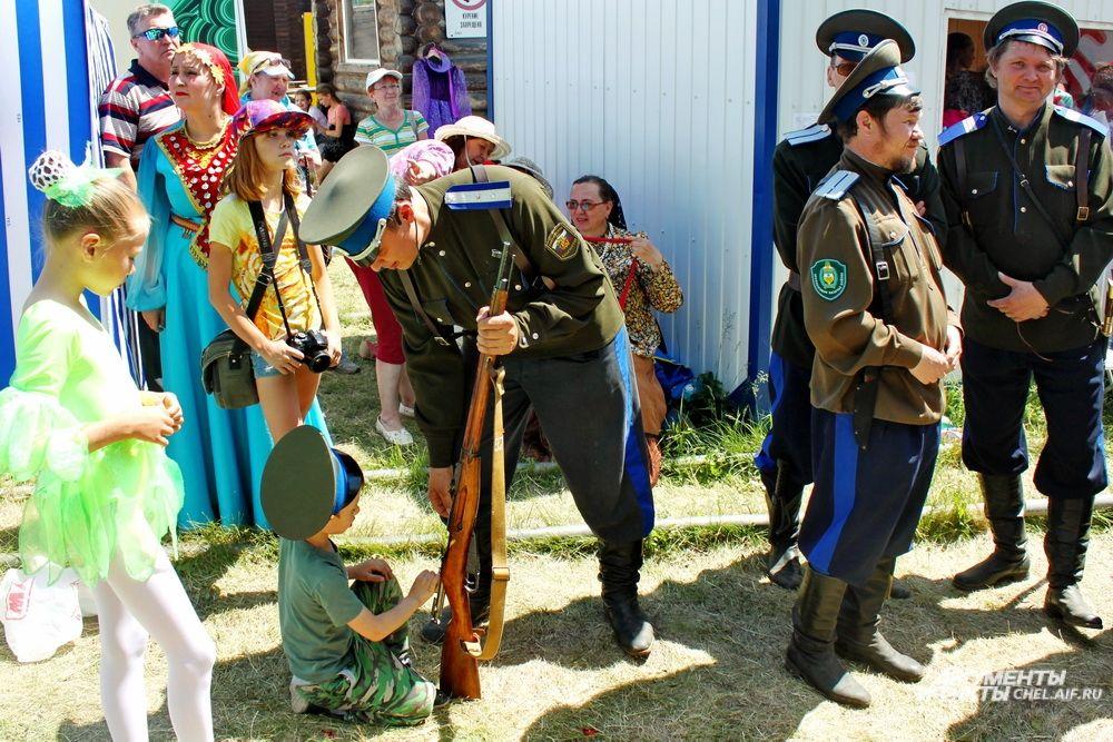 Многие участники представляли казачество и даже в жару носили соответствующие костюмы.