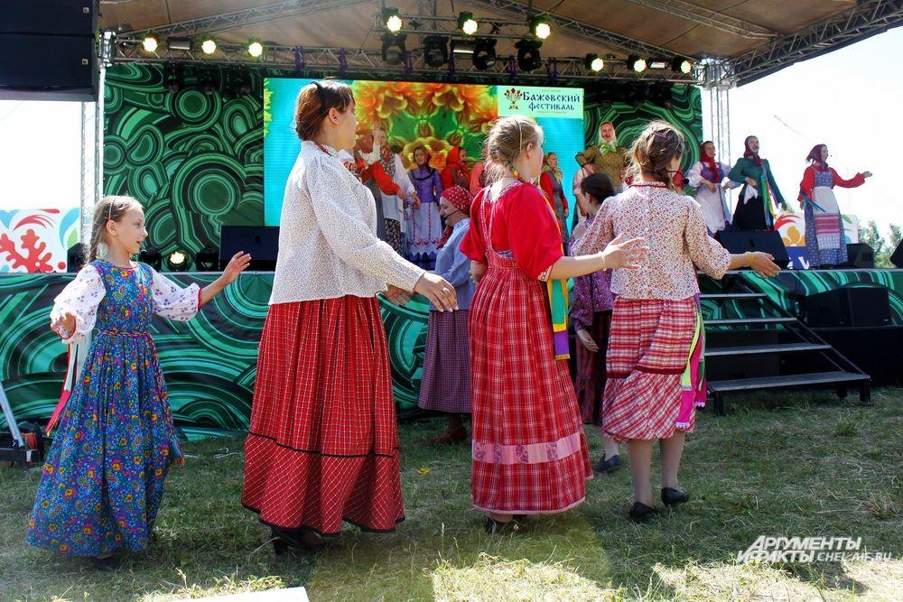 Творческие коллективы танцевали и на сцене, и перед ней.