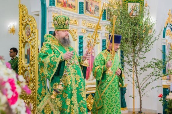 Сначала по случаю праздника Святой Троицы, Пятидесятницы, в храме была совершена Божественная литургия, которую возглавил епископ Волгодонский и Сальский Корнилий.