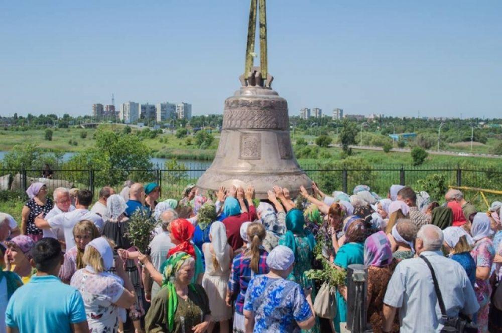Чин освящения колокола – благословения кампана или звона, состоялся после Божественной литургии по случаю праздника Святой Троицы.