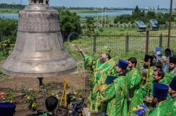 На Троицу, 19 июня, прихожане Свято-Троицкого храма стали свидетелями освящения и водружения первого церковного колокола.