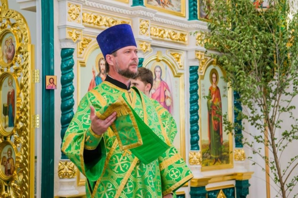 Считается, что Троица – это торжество, связанное с обновлением жизни, в народе её прозвали «зелёным» праздником.Ппредставители духовенства Русской православной церкви в этот день надевают облачения зелёного цвета.