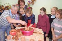 Детям нравится создавать глиняные изделия своими руками.