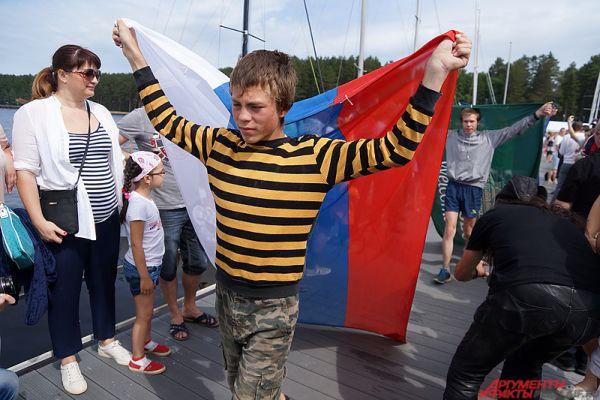 На причал под бурные овации вынесли флаги России и санатория.