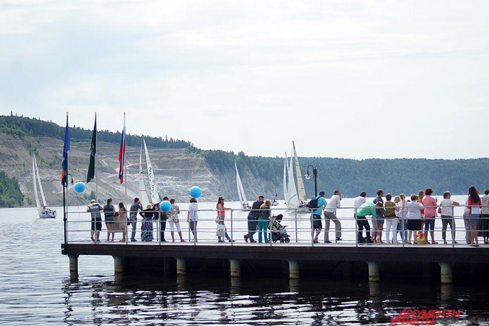 На пристани находилось около 100 человек.
