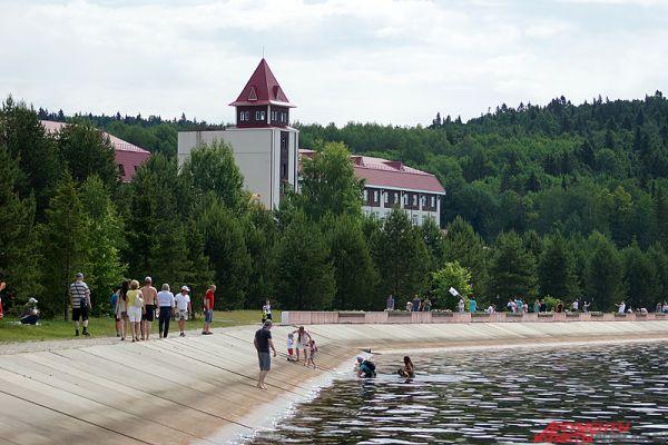 В финале праздничного дня для гостей санатория прошла пенная вечеринка, а также соревнования по пляжному волейболу.