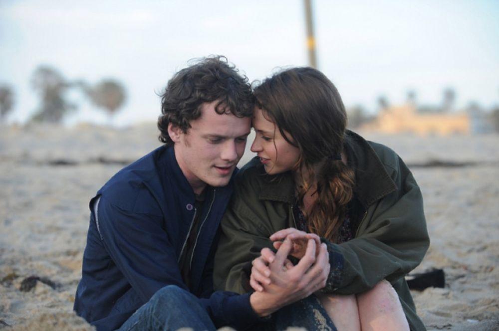 Немало восторженных отзывов кинокритиков получила его работа в фильме «Как сумасшедший» (2011).