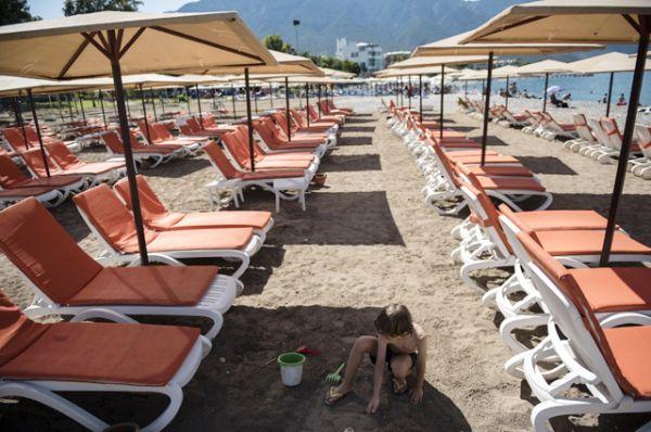 Шезлонги на пляже Кемера.
