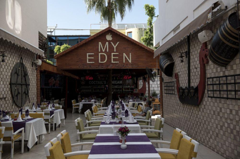Кафе на улице курорта Кемер в Турции.