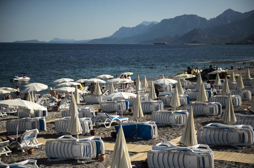 Шезлонги на пляже курорта Кемер в Турции.