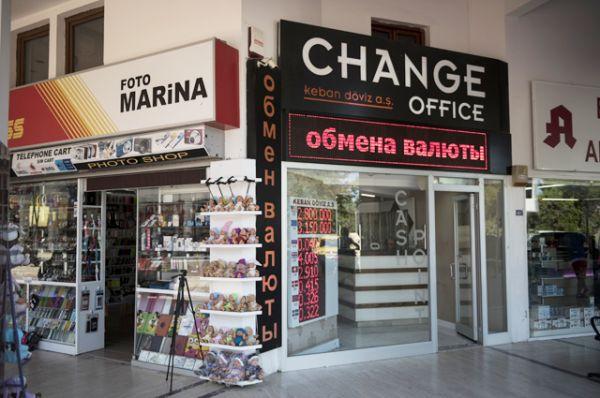 Пункт обмена валюты в Кемере в Турции.