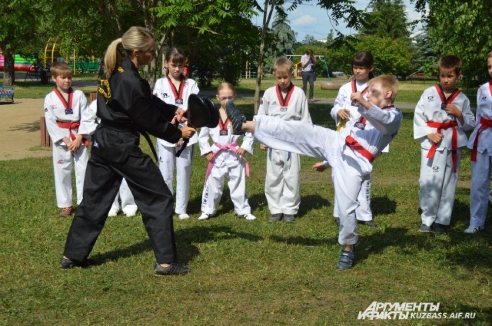 Свои навыки демонстрировали и ученики по тхэквондо.