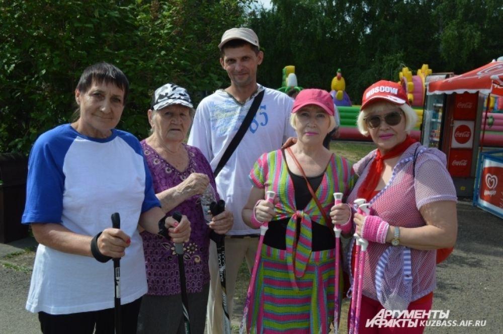 Также в парке был организован мастер-класс по ставшей особенной популярной среди старшего поколения скандинавской ходьбе.