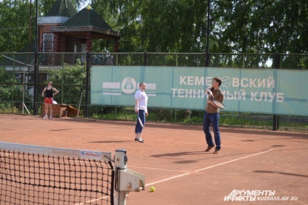 А любители активного спорта – поиграть в большой теннис.