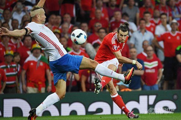 Примерно в середине второй половины встречи россияне пропустили в третий раз. Разгромное поражение поставило точку в выступлении нашей сборной на Евро-2016.