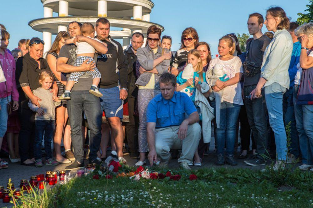 Акция в Петрозаводске в память о детях, погибших при шторме на Сямозере в Карелии.