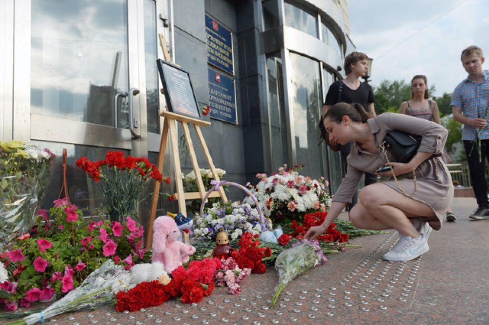Жители Москвы несут цветы и игрушки к зданию Департамента труда и социальной защиты населения города Москвы, в память о погибших детях на Сямозере в Карелии.