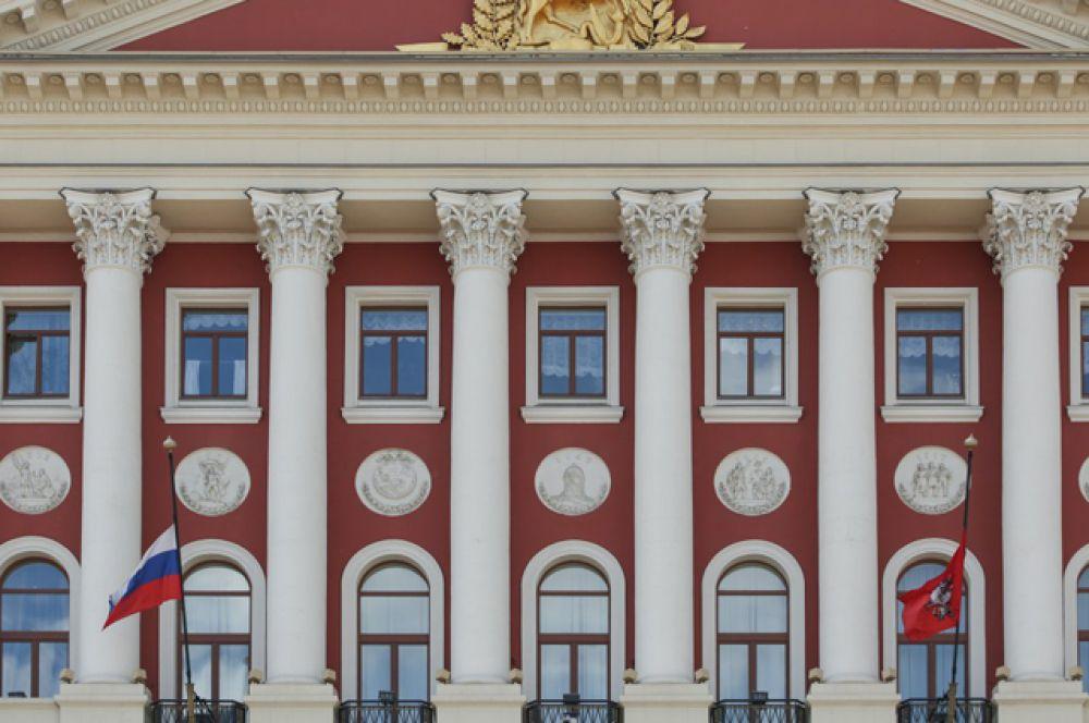 Приспущенные государственный флаг РФ и флаг Москвы на здании столичного правительства в день траура в связи с гибелью детей на озере в Карелии.