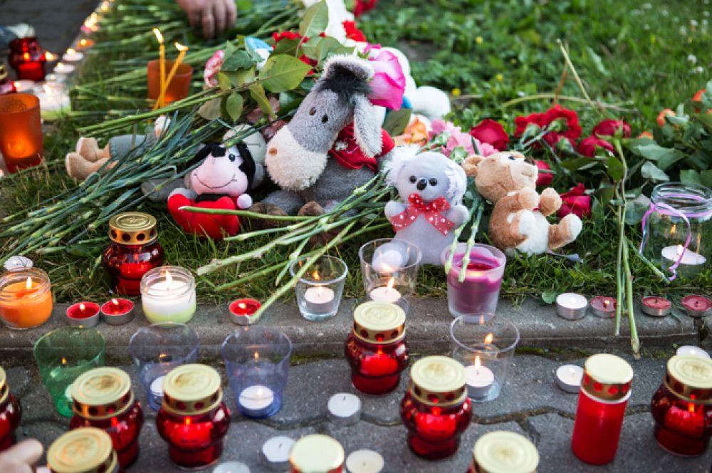 Свечи, цветы и игрушки на акции в Петрозаводске в память о детях, погибших при шторме на Сямозере в Карелии.