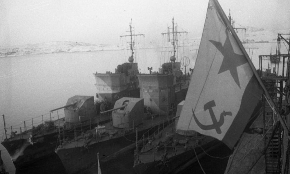 Созданный для постройки крупных кораблей - линкоров и крейсеров - завод в годы войны приступил к строительству больших морских охотников, эсминцев, дизельных подводных лодок, паромов, лихтеров, плавбаз и плавмастерских, также обеспечивал боеспособность кораблей Северного флота и ремонт судов, доставлявших Северным морским путём грузы союзников. До 1945 года отремонтировано 139 кораблей и судов, осваивались и выпускались новые виды военной техники.