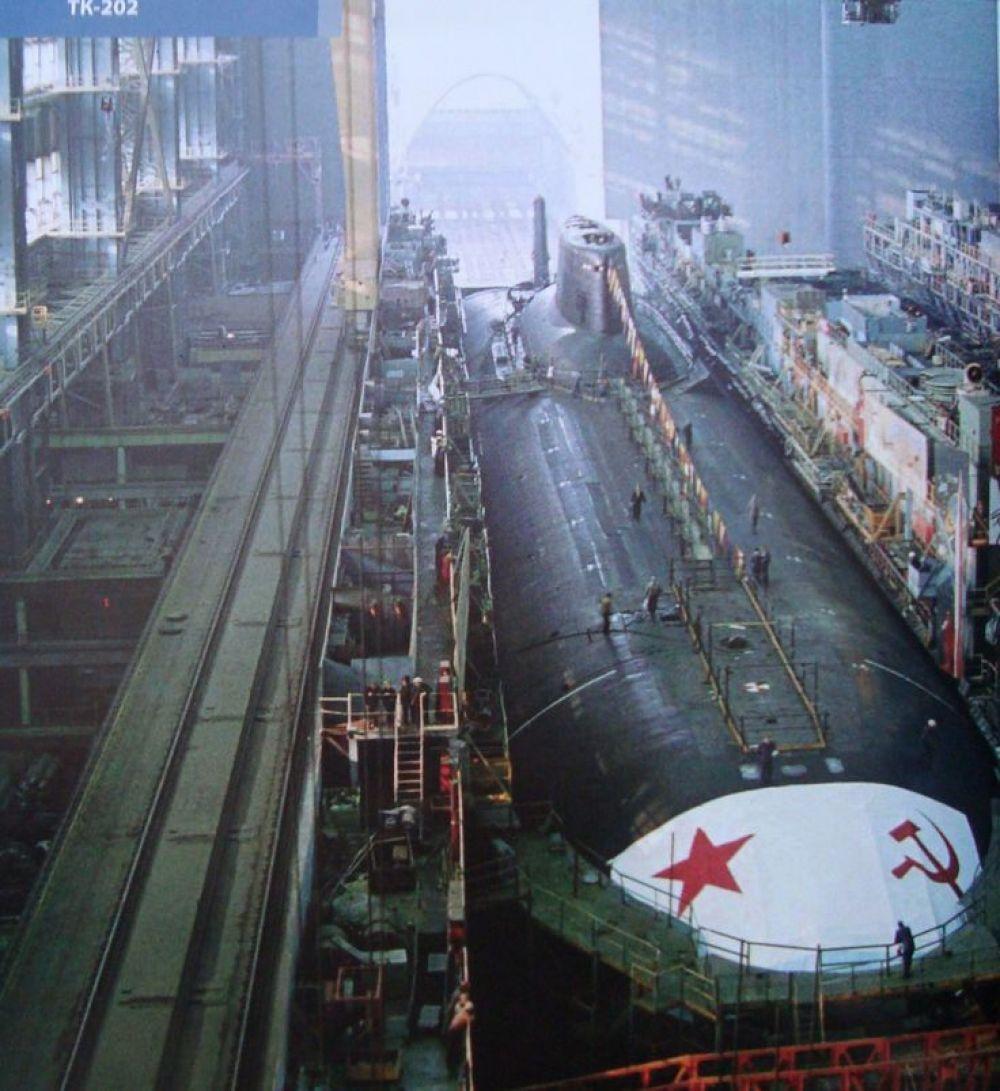 Подлодка К-278 «Комсомолец» - самая глубоководная атомная подводная лодка в мире, с предельной глубиной погружения 1250 метров, была построена в 1989 году. Советская торпедная атомная подводная лодка Северного флота погибла в Норвежском море в результате пожара. Из 69 человек команды удалось спасти только 27. «Комсомолец» был уникальной атомной подводной лодкой, обогнавшей своё время на четверть века.