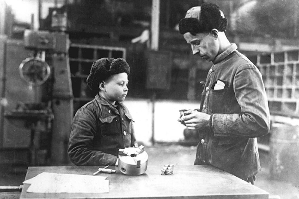 В годы Великой Отечественной войны на заводе работали и дети.