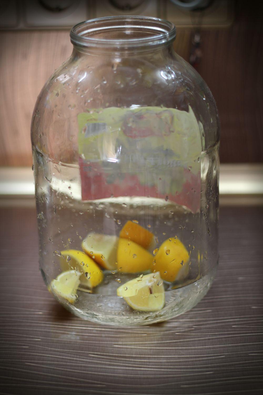Лимон тщательно моем и режем на четвертинки. Удаляем все косточки. Кладем в банку.