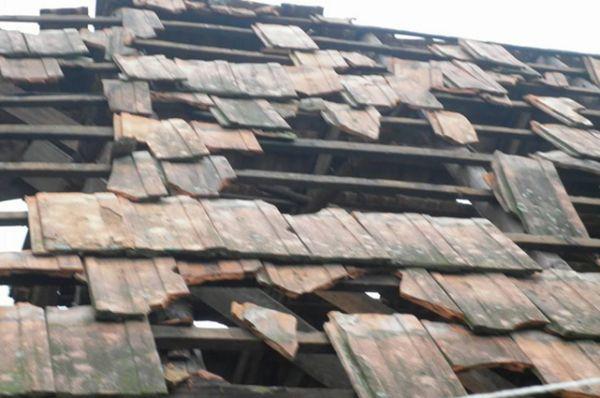Кто бы мог подумать что град сможет побить даже крыши домов