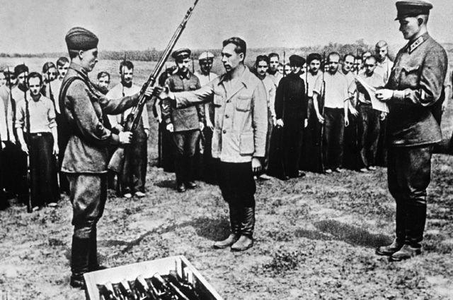 Многие из добровольцев, уходящих на фронты Великой Отечественной, под гимнастёркой прятали нательный крестик.