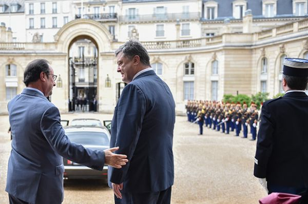 Франсуа Олланд провожает украинского президента после окончания встречи
