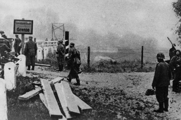 Первые фотографии с Восточного фронта, немецкие войска пересекают советскую границу.