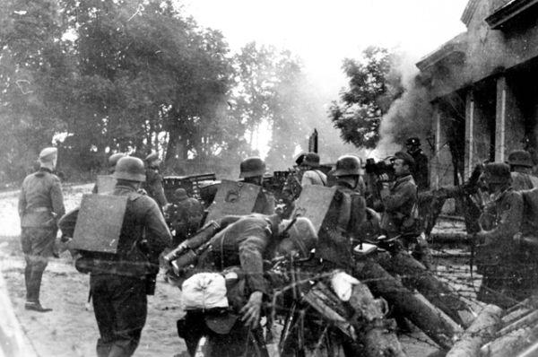 Немецкие солдаты пересекают границу Советского Союза.