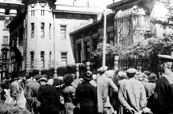 Трудящиеся Ленинграда слушают сообщение о нападении фашистской Германии на Советский Союз.