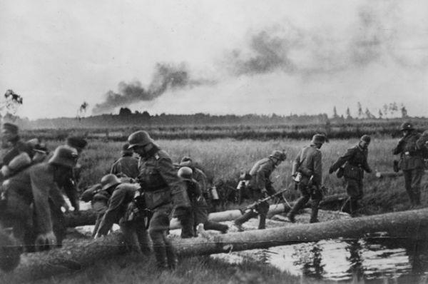 Немецкие солдаты пересекают временный мост на границе с СССР.
