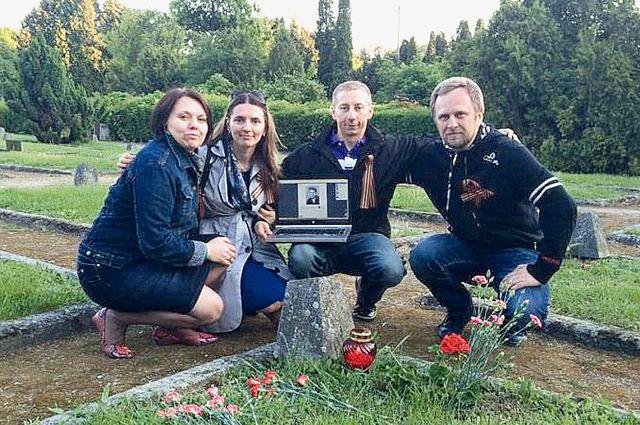 Польские волонтёры у могилы героя в день его рождения 19 мая.