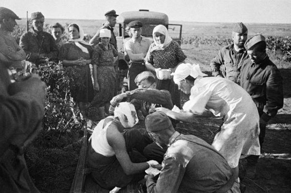 Медсестры оказывают помощь первым раненым после воздушного налёта фашистов под Кишиневом.
