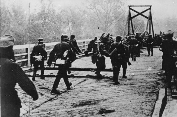 Немецкие солдаты пересекают реку Буг рано утром 22 июня 1941-го.