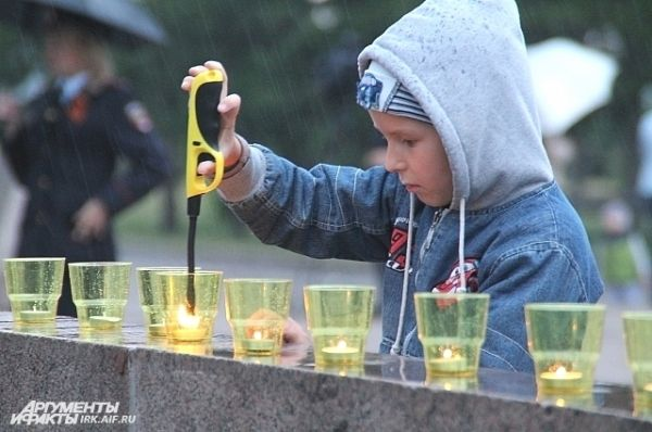 Зажечь свечу в этот день мог любой желающий.