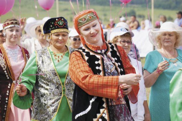 Жители Бардымского района прошли перед зрителями в национальных костюмах.