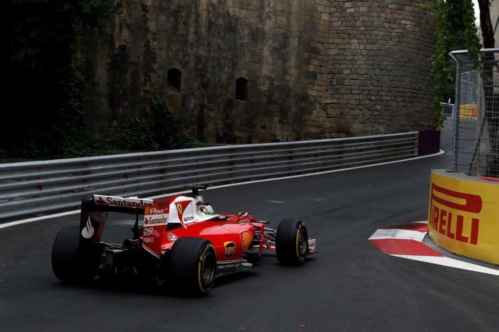 Гонщики ездили по самой длинной уличной трассе в календаре Формулы - 1