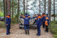 Сотрудники МЧС на берегу озера Сямозеро, на котором в туристическом походе во время шторма погибли дети.