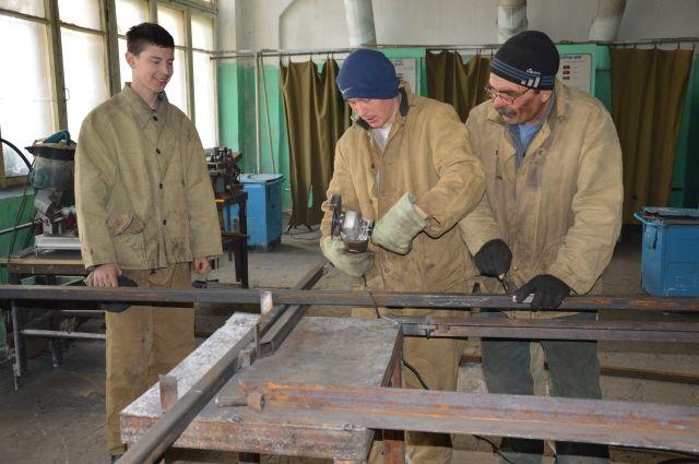 Студенты техникума под руководством мастеров также выполняют различные заказы от населения.