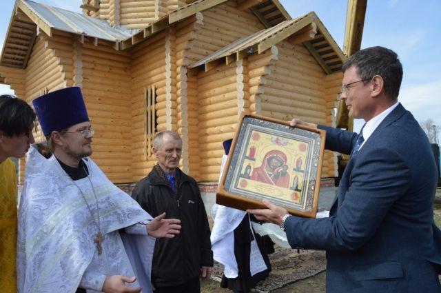 директор уральского филиала АО «Полиметалл УК» А.Новиков дарует настоятелю храма отцу Артемию невьянскую икону