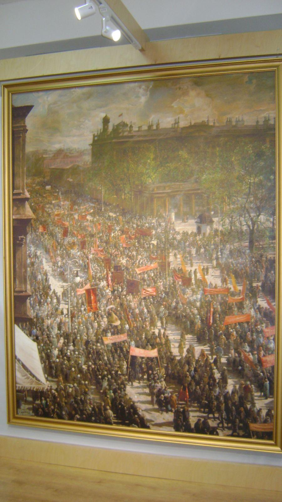 «Первомайская демонстрация на проспекте 23 октября» Исаака Бродского напоминает фотографию времени.