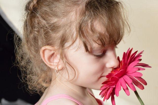 Больная девочка любит цветы и надеется, что они помогут ей.