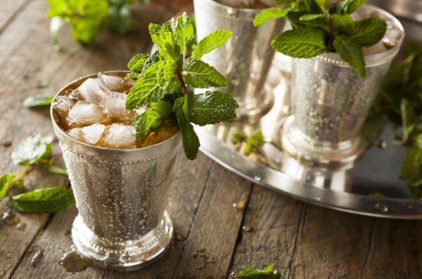 Мята. Обладает ярко выраженным охлаждающим эффектом. Ее хорошо добавлять в чай и в лимонады, а также в холодные супы и салаты. В сильную жару охладить и придать бодрости может просто мятный аромат, так что держите под рукой мятное эфирное масло.