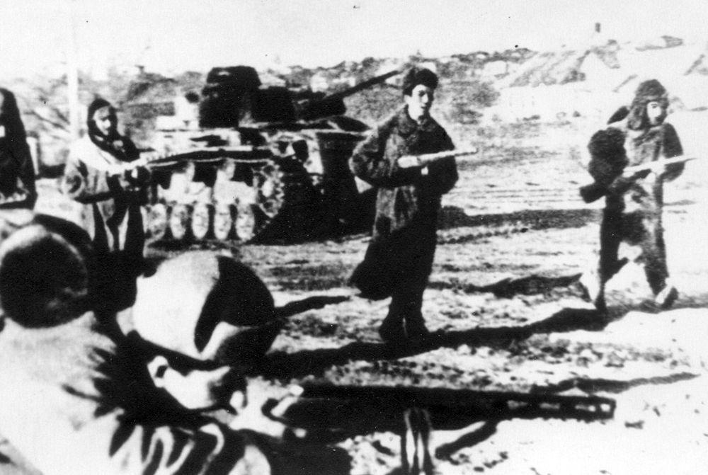 Советские воины освобождают населенный пункт. Февраль 1943 года.