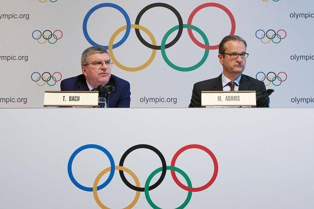 Президент Международного олимпийского комитета Томас Бах (слева) и директор по коммуникациям МОК Марк Адамс.