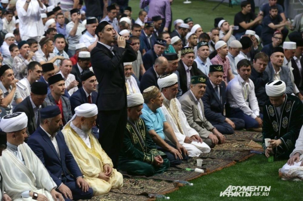 Мусульмане разговляются после целого дня поста - с раннего утра и до захода солнца они ничего не пили и не ели.